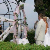 Svatby Nebozízek snoubenci před slavobránou