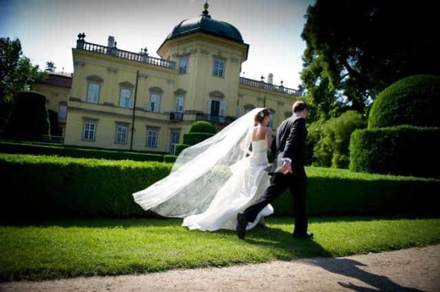 Svatby podle vás Novomanželé v zámeckém parku