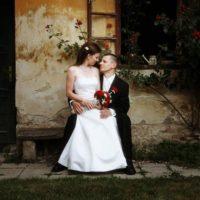 Svatební agentura Ivana snoubenci před chaloupkou