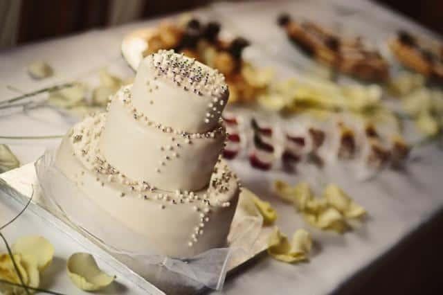 Svatební agentura salon Noblesa bilý dort s perličkami