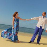 Svatební cesta Modrý Mauricius snoubenci na pláži modré šaty