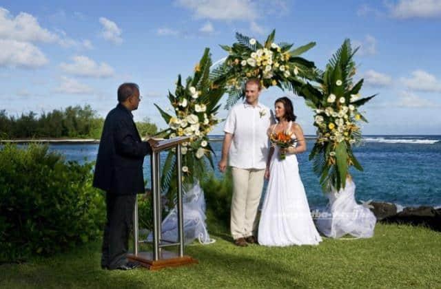 Svatební cesta Modrý Mauricius snoubenci pod slavobránou