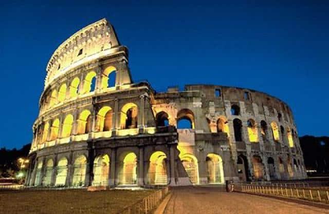 Svatební cesta v Itálii nasvícené koloseum
