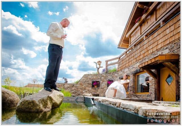 Svatební foto Jan Sommer ženich u jezírka