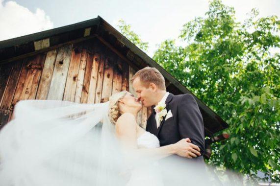 Svatební foto Martin Holík polibek před chalupou