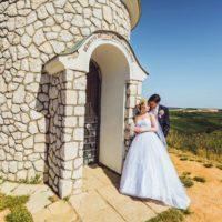 Svatební foto Martin Holík snoubenci u kapličky