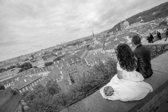 Svatební foto Wedding Dream snoubenci s výhledem na prahu