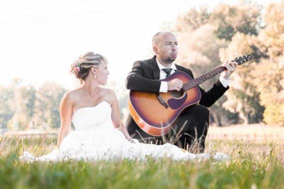 Svatební foto Wedding Dream ženich hraje nevěstě na kytaru