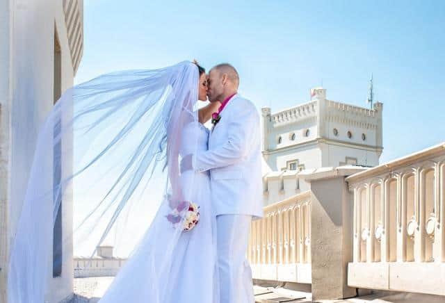 Svatební fotograf Pavel Zahálka polibek před bílou věží