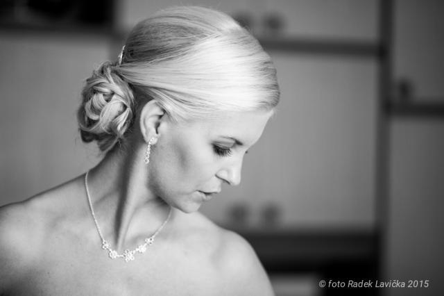 Svatební fotograf Radek Lavička nevěsta se skloněnou hlavou