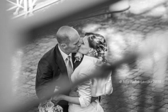 Svatební fotograf Radek Lavička polibek snoubenců za zábradíim