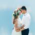 Svatební pár na pozadí modré oblohy