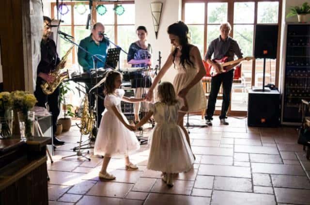 Syrinx na svatbě nevěsta tančí s družičkami
