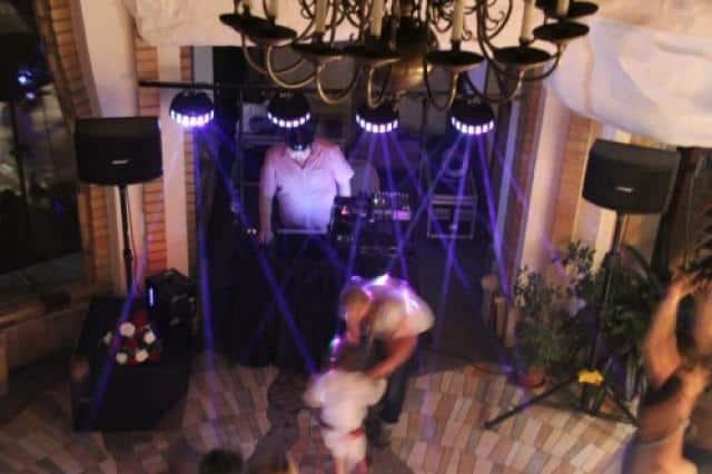 T13 Music Tomáš Jirák párty sál s modrými lasery shora pult