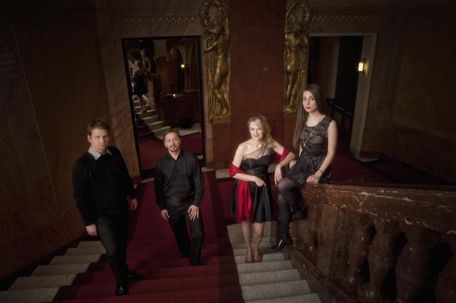 Veronika Suchánková a The Band na mramorových schodech a kobercem