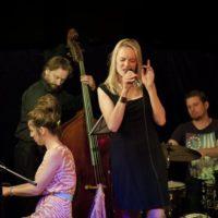 Veronika Suchánkova a The Band zpěvačka v modrých šatech v popředí