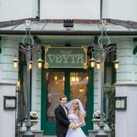 Villa Voyta snoubenci před vstupními dveřmi