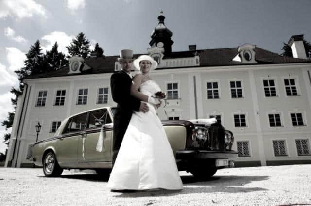 Zámek Zalužany s nevěstou a autem