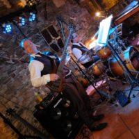 bosáci hrají na půdě baskytarista vpředu