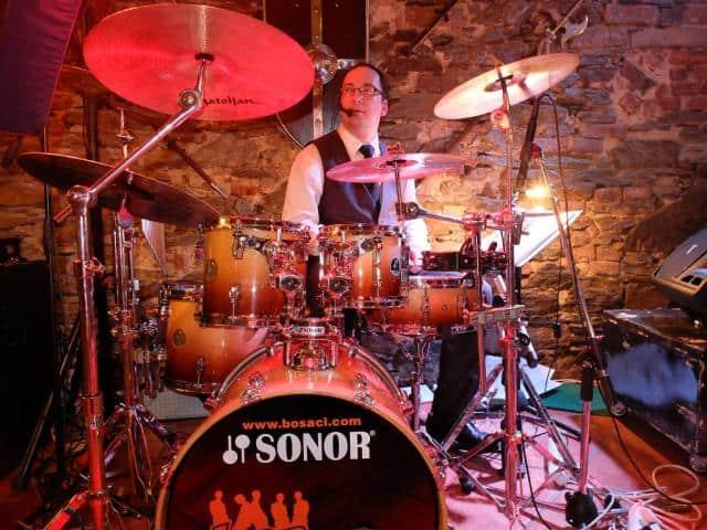 bosáci hrají-¨na půdě bubeník