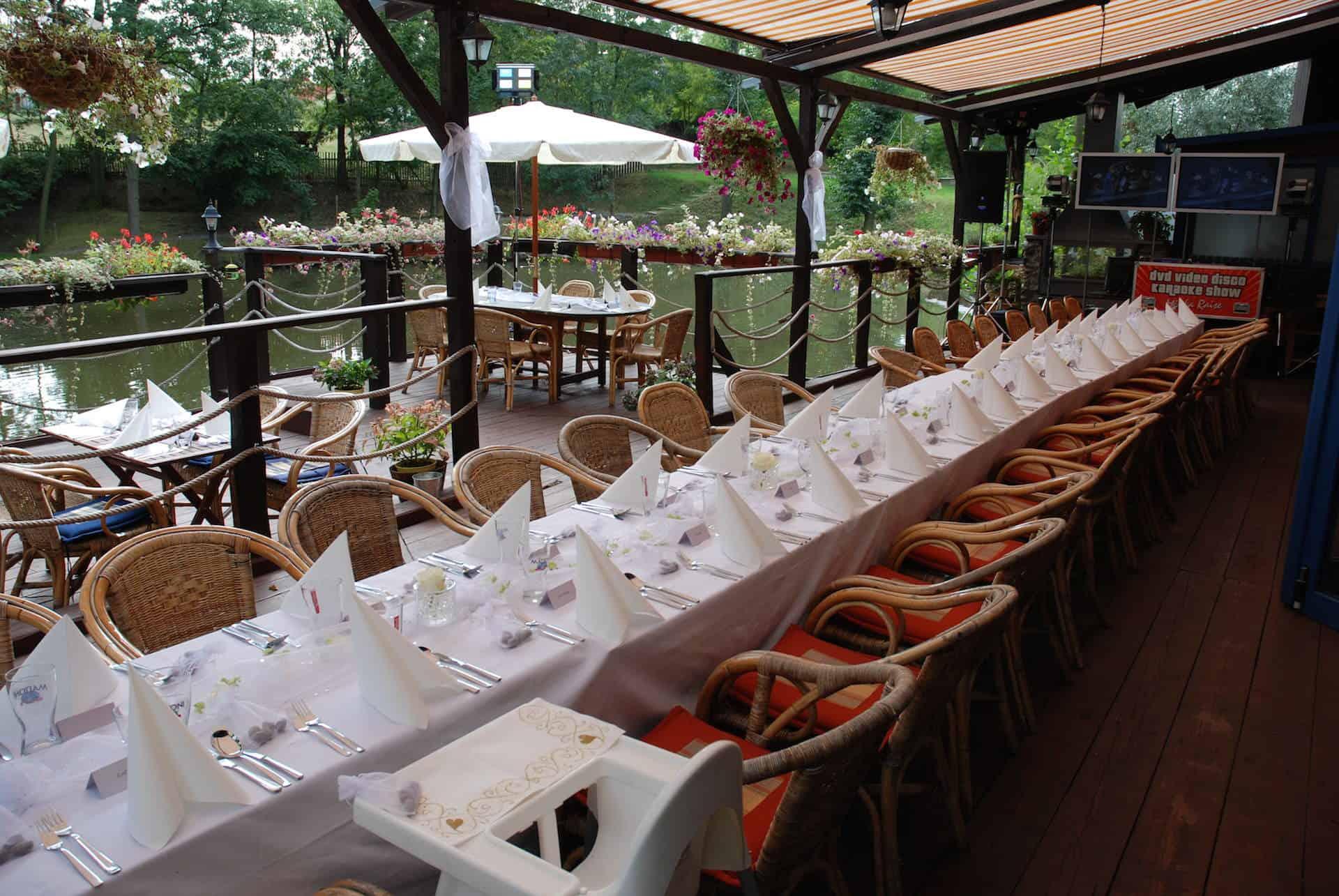 Hliněná bašta svatební tabule bílá