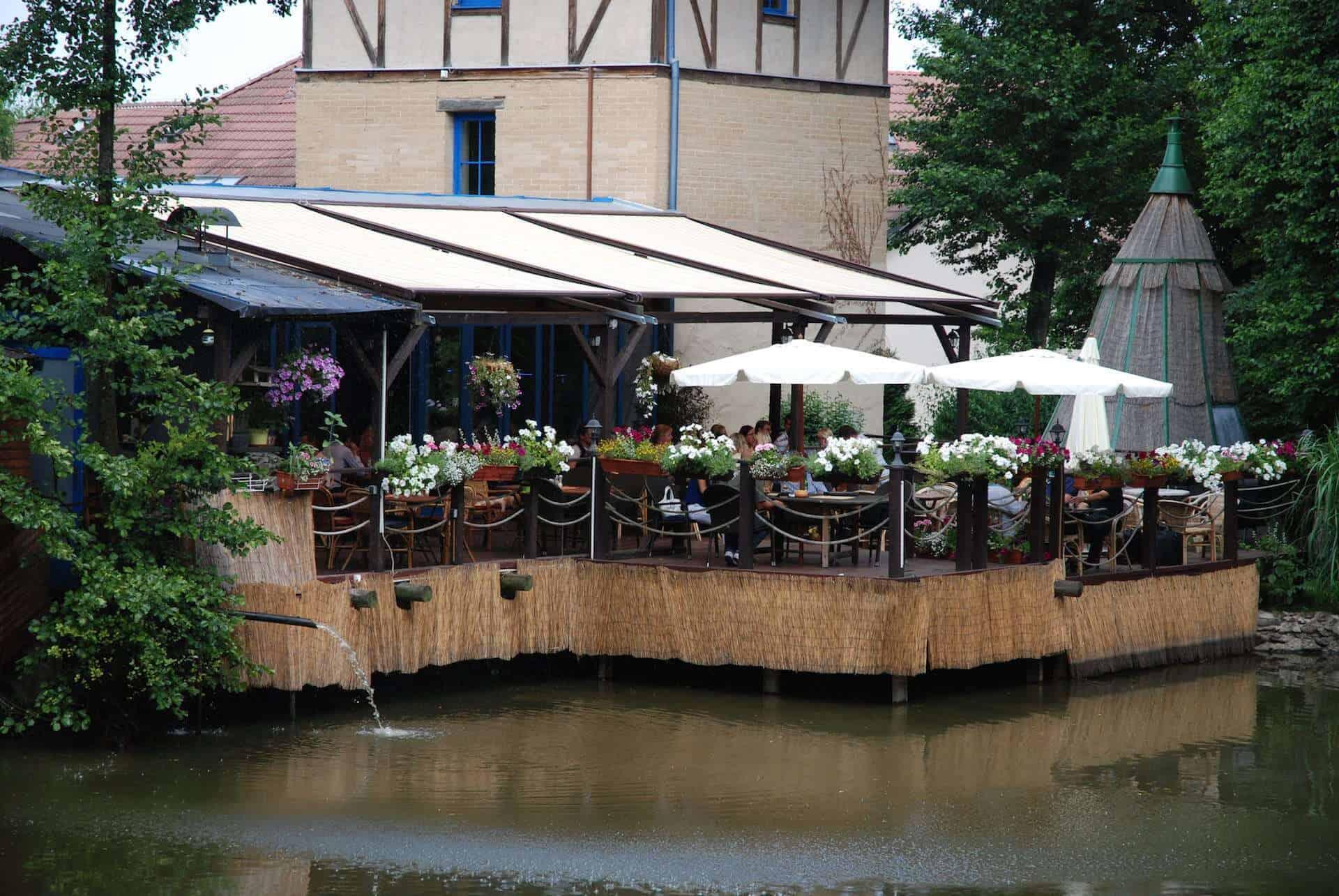 Hliněná bašta Průhonice venkovní terasa nad rybníčkem