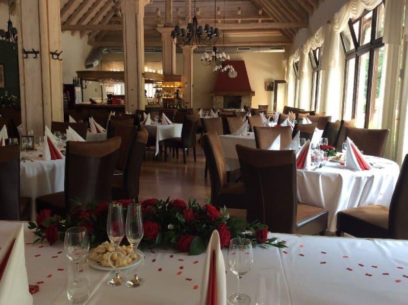 Restaurace Pod Zámkem Průhonice - svatební stoly