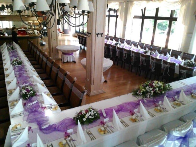 Restaurace Pod Zámkem Průhonice - svatební tabule fialová