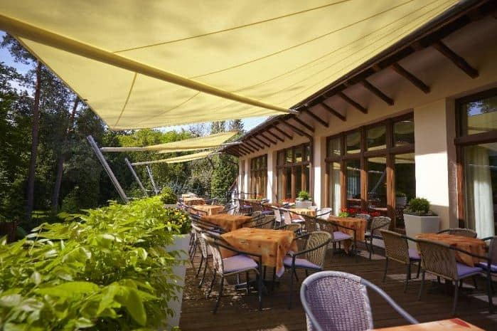 Restaurace Pod Zámkem Průhonice - zastřešená terasa