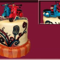 Barevný retro dort ve stylu 50.let, s nestárnoucí skútry značky Vespa