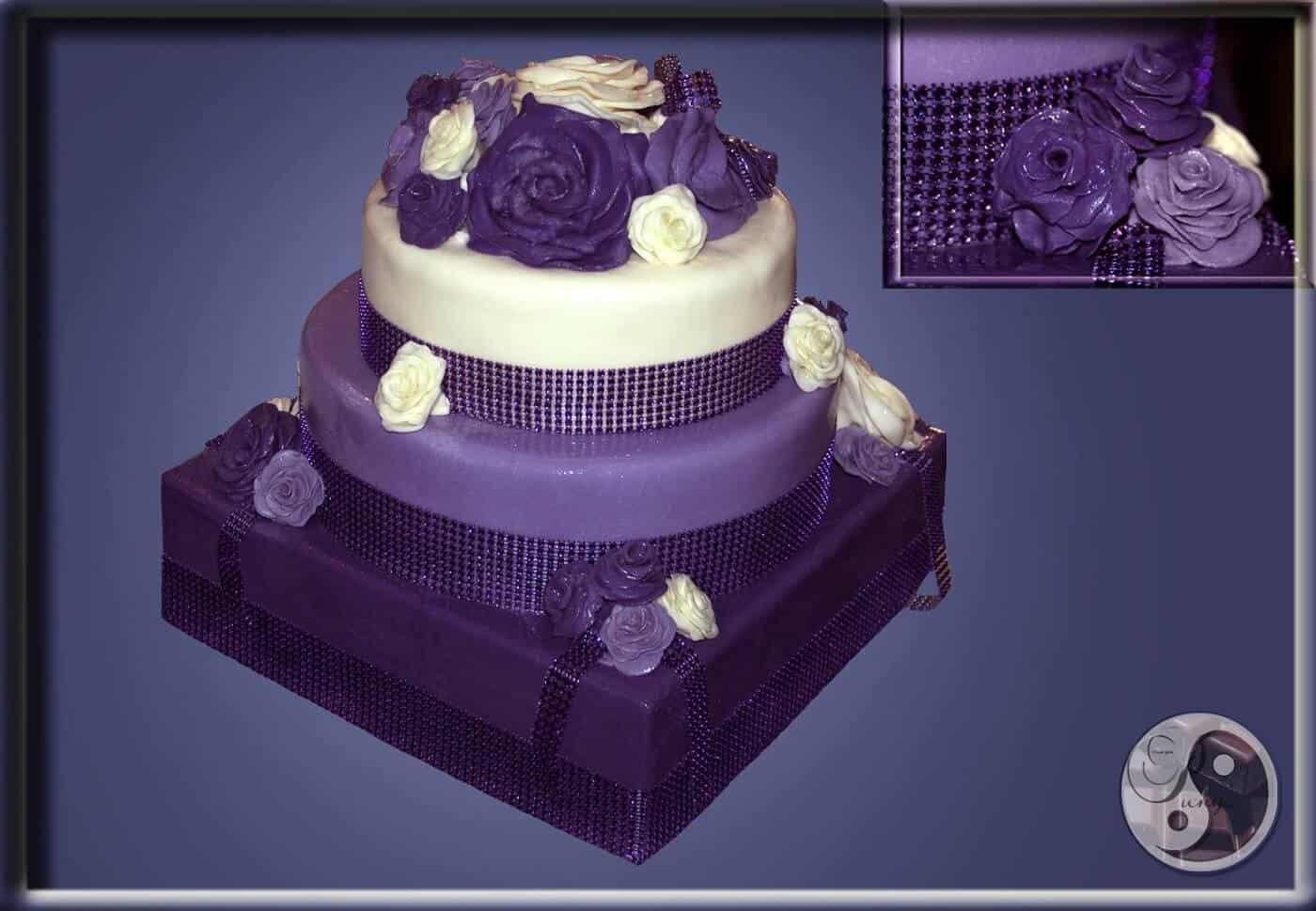Elegantní svatební dort v fialovém provedení zdobený