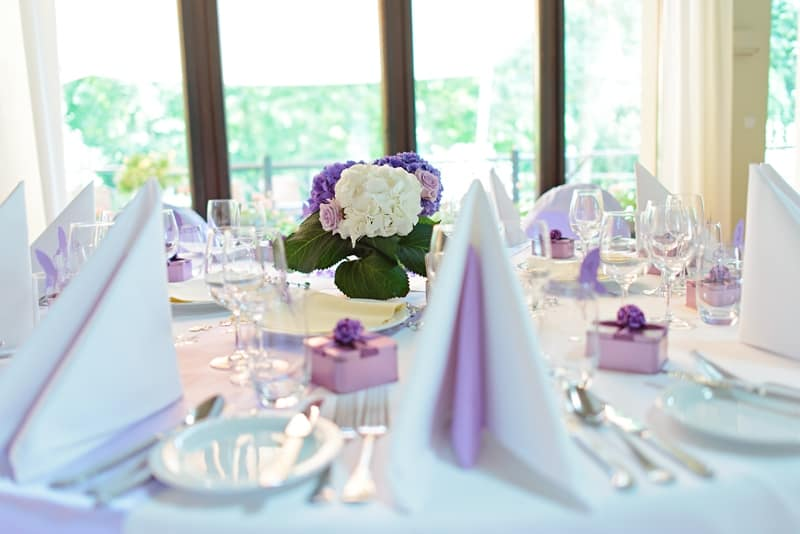 Svatební výzdoba stolu fialová