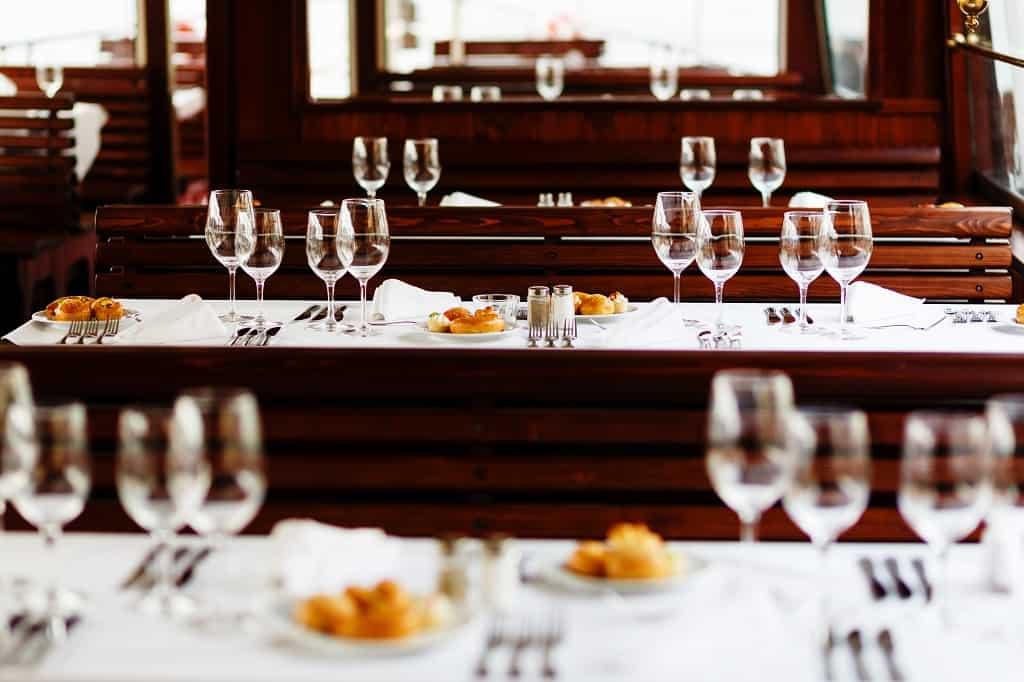 Svatební hostina na lodi