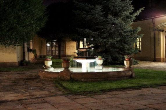 Hotel Baroko - fontána v noci