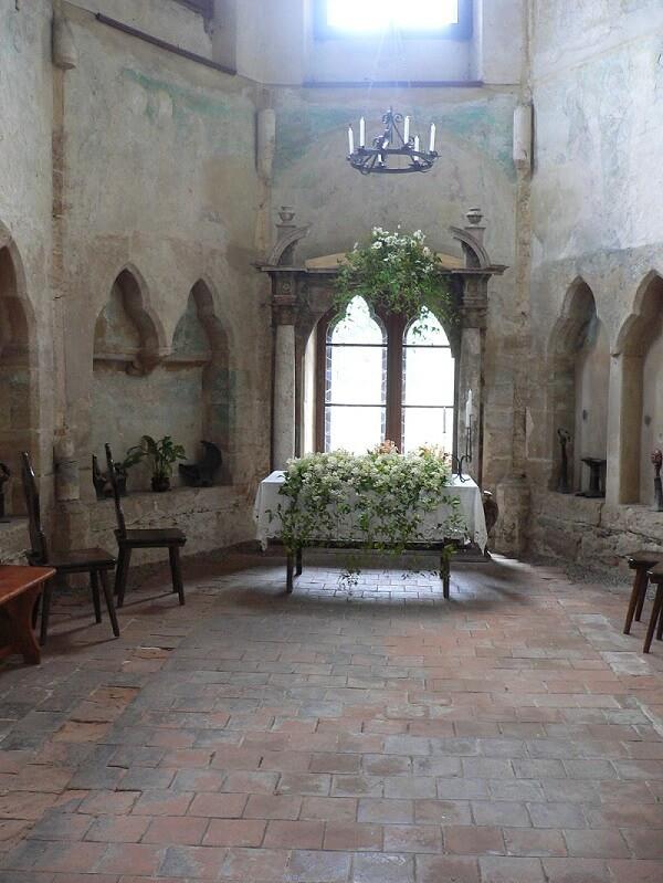 Znalezione obrazy dla zapytania houska hrad kaple