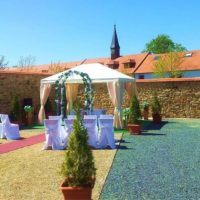 Svatební obřad na zahradě