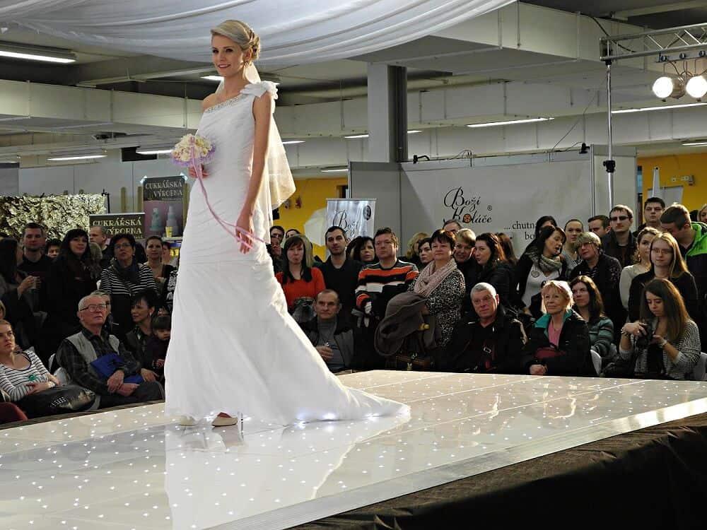Přehlídka svatebních šatů