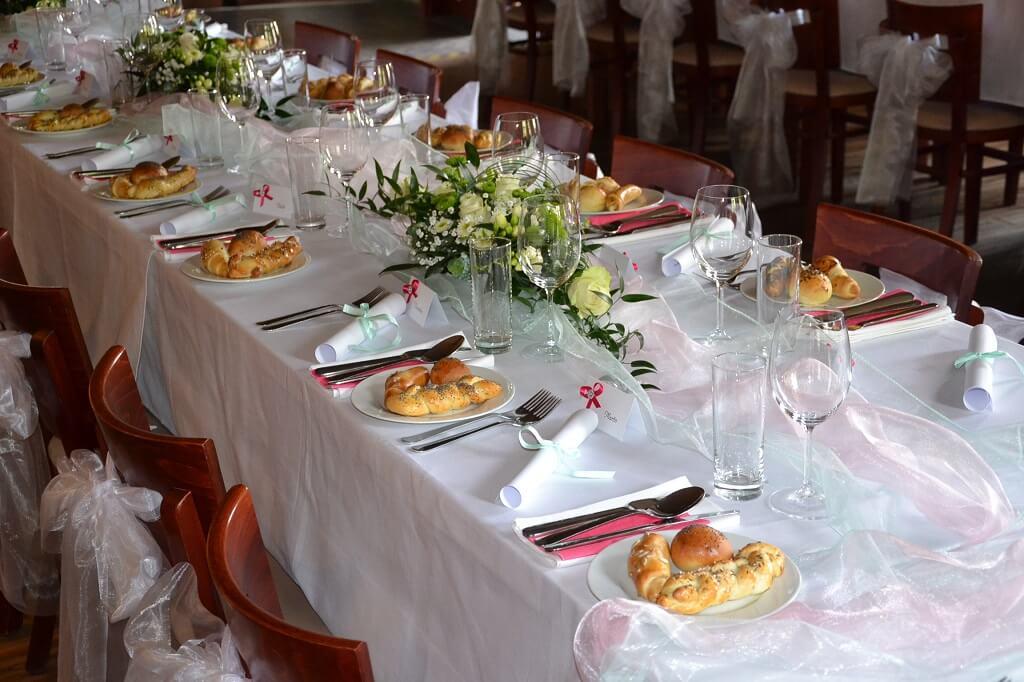 V Holi svatební tabule bílá