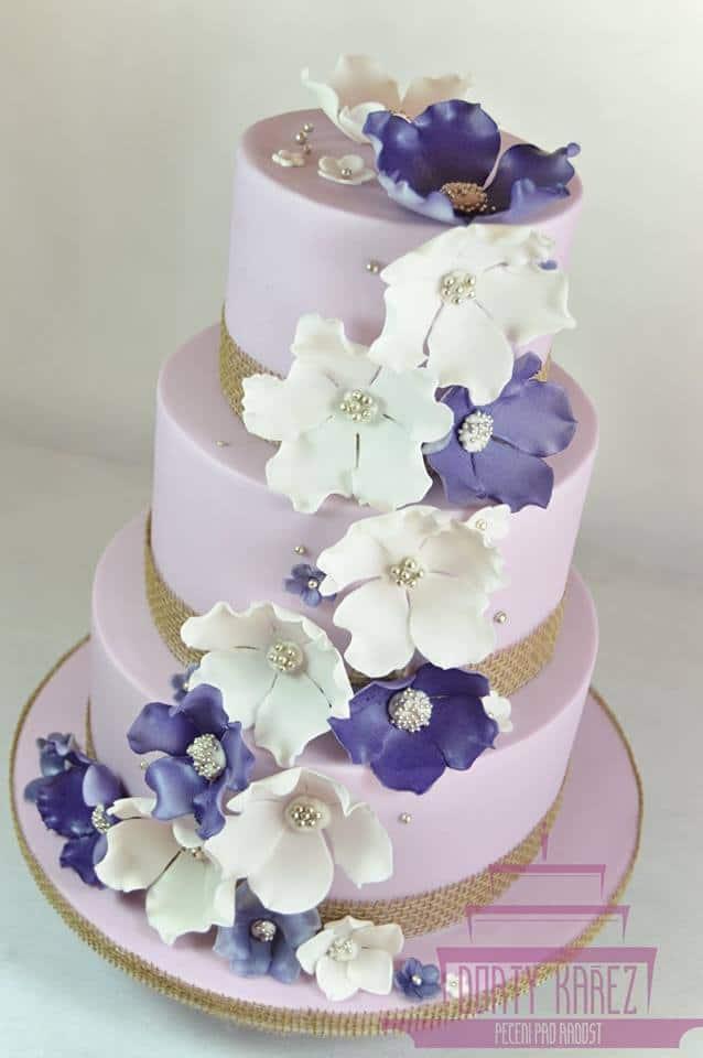 Dorty Kařez - svatební dort fialovo-bílý, extra čokoládový korpus, krém plný ovoce, horní patro bezlaktózové