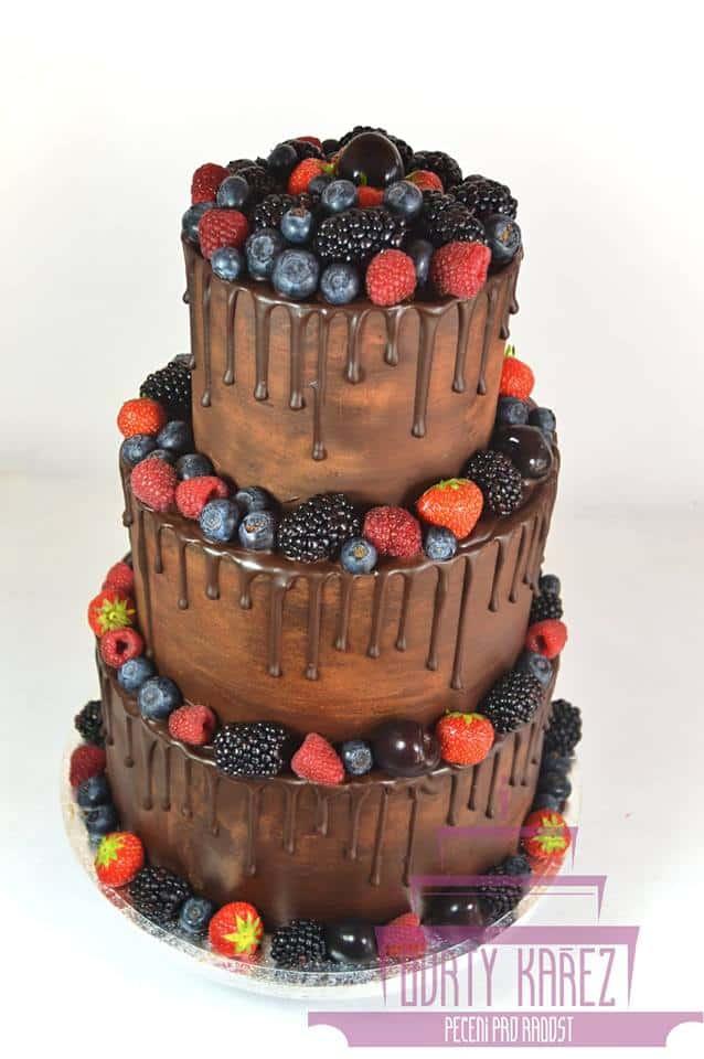 Dorty Kařez - svatební dort nepotahovaný, ganache obmaz i ganache stékání, korpus extra čokoládový, krém smetanové mascarpone a ovoce