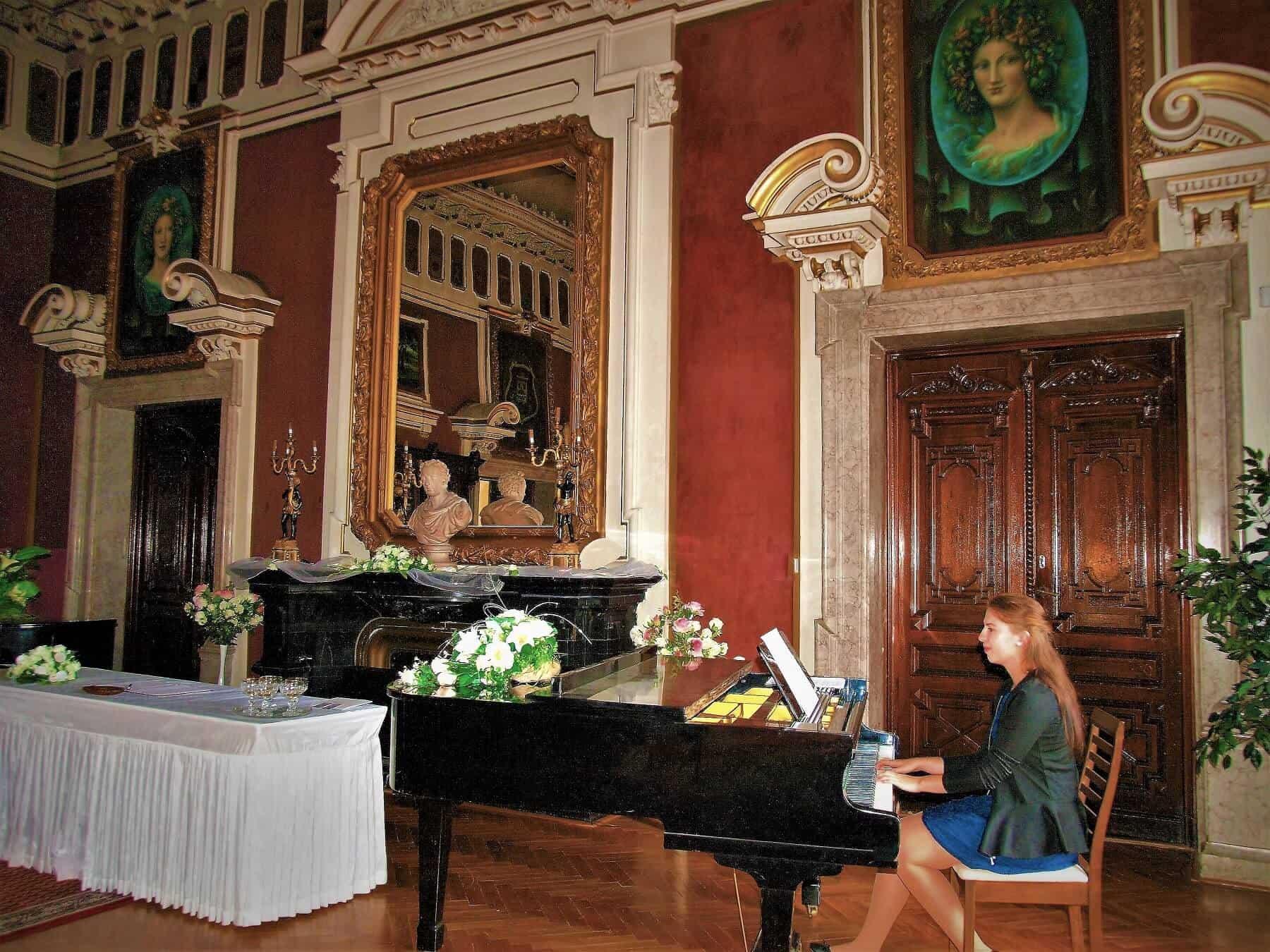 Zámek Světlá nad Sázavou - sál s klavírem