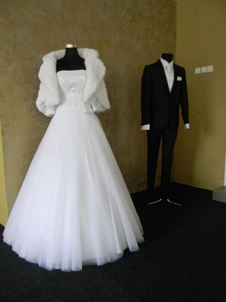 Svatební šaty a pánský oblek