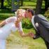 Líbající se mladý svatební pár v zahradě