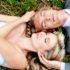 Krásný svatební mladý pár odpočívá