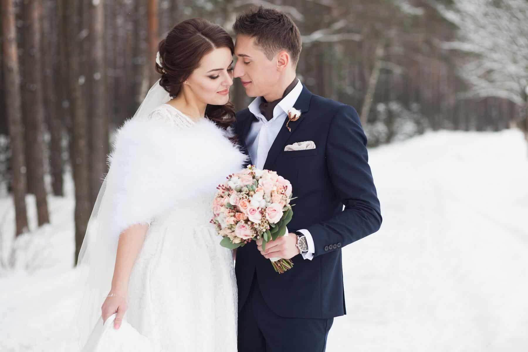 Novomanželé na horách v zimě