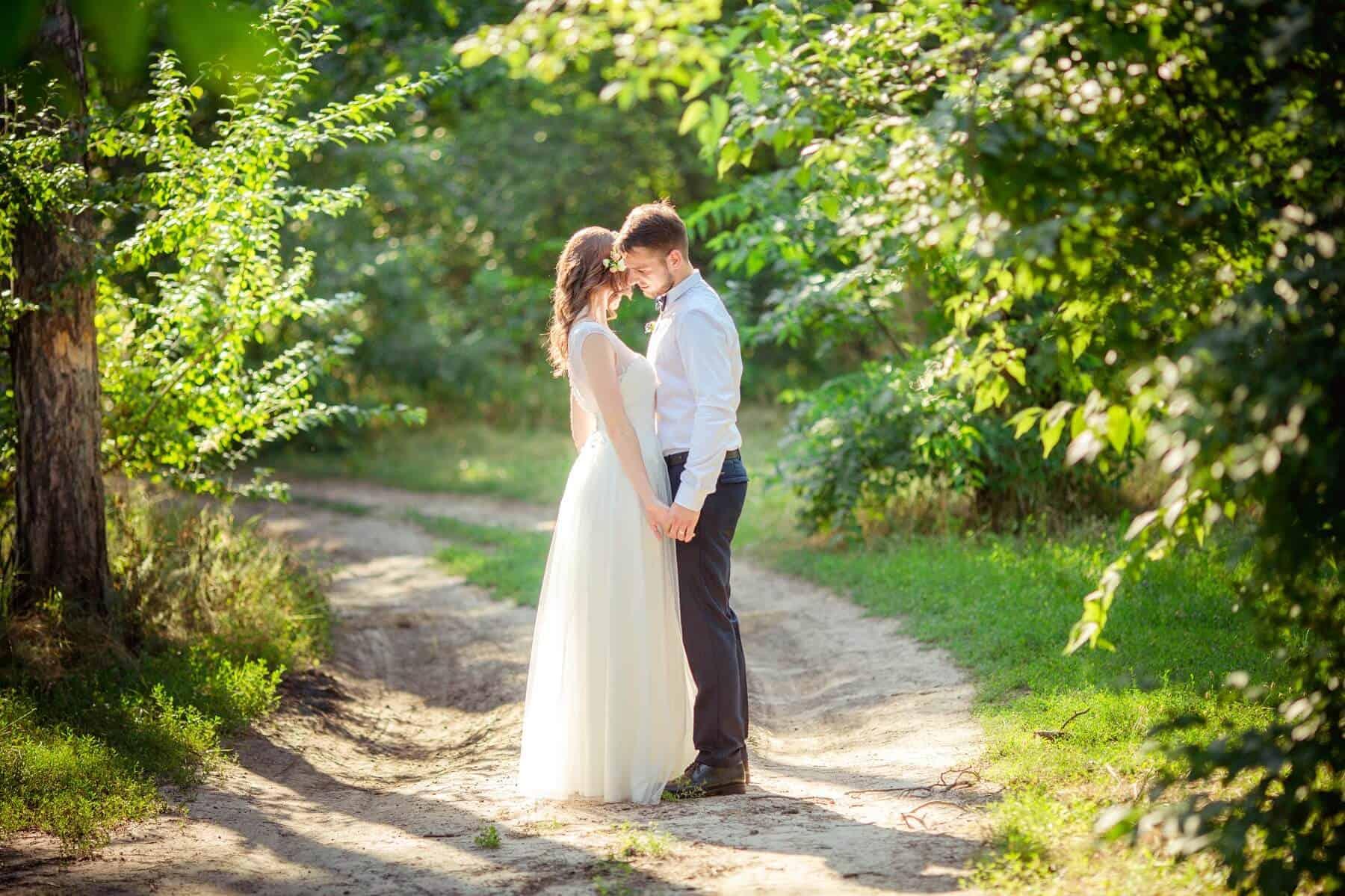 Novomanželé v lese