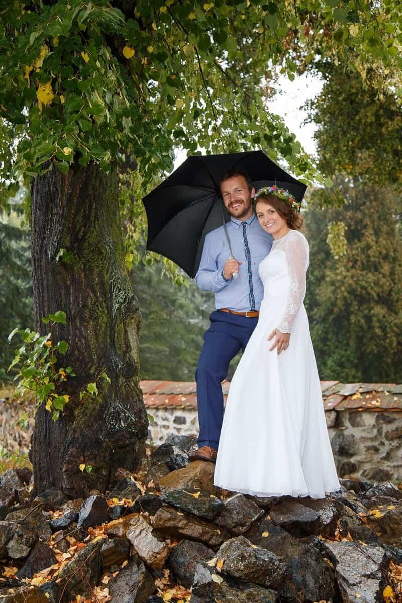 Fotograf Radek Vandra novomanželé pod stromem