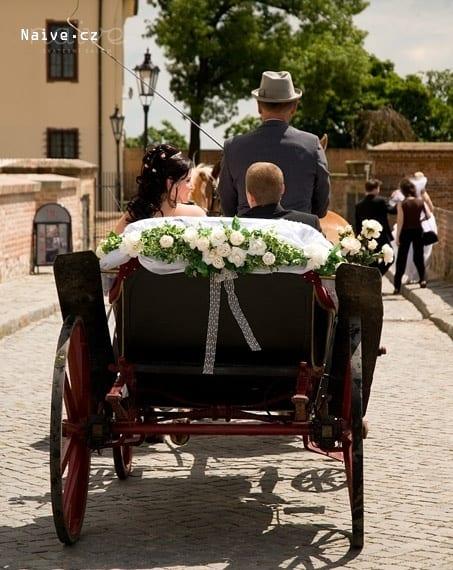 Svatební výzdoba kočáru