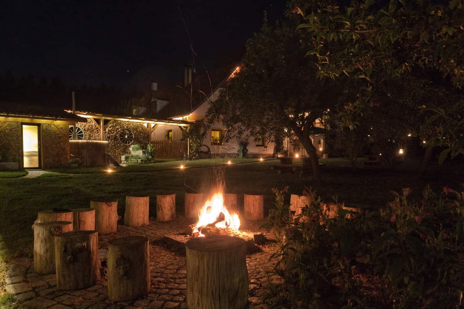 Penzion Kamínek oheň v noci