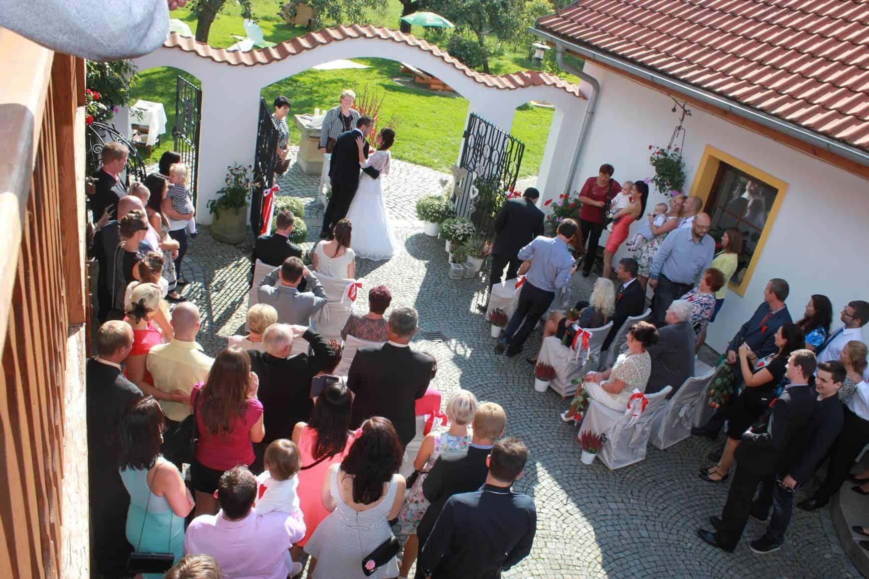 Svatební obřad na dvoře